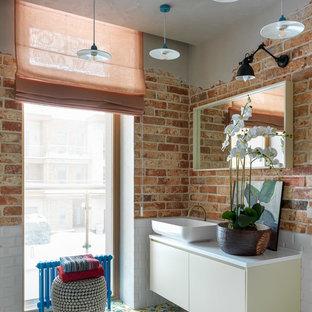 Imagen de cuarto de baño bohemio con armarios con paneles lisos, puertas de armario blancas, paredes marrones, lavabo sobreencimera, suelo multicolor y encimeras blancas