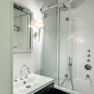 Идея дизайна: главная ванная комната в современном стиле с открытыми фасадами, ванной в нише, душем над ванной, белой плиткой, синими стенами и монолитной раковиной