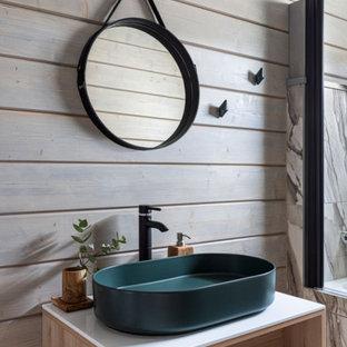 Стильный дизайн: ванная комната среднего размера в современном стиле с открытыми фасадами, бежевыми фасадами, бежевыми стенами, настольной раковиной, открытым душем и белой столешницей - последний тренд