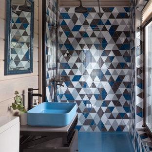 Пример оригинального дизайна: ванная комната среднего размера в современном стиле с плоскими фасадами, душем в нише, унитазом-моноблоком, черной плиткой, синей плиткой, серой плиткой, бежевыми стенами, душевой кабиной, настольной раковиной, серым полом, серой столешницей и коричневыми фасадами