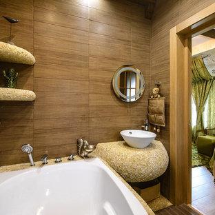 Diseño de cuarto de baño infantil, mediterráneo, pequeño, con bañera encastrada sin remate, sanitario de pared, baldosas y/o azulejos marrones, baldosas y/o azulejos de cerámica, paredes marrones, suelo con mosaicos de baldosas, lavabo encastrado, encimera de azulejos, suelo beige y encimeras beige