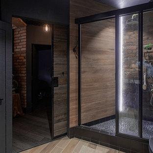 Ispirazione per una stanza da bagno industriale con doccia alcova, piastrelle nere e porta doccia scorrevole