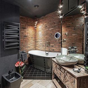 サンクトペテルブルクのインダストリアルスタイルのおしゃれなマスターバスルーム (フラットパネル扉のキャビネット、ヴィンテージ仕上げキャビネット、置き型浴槽、黒いタイル、黒い壁、ベッセル式洗面器、木製洗面台、ブラウンの洗面カウンター) の写真