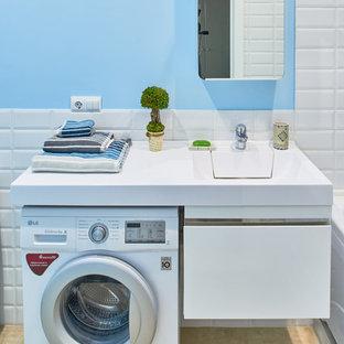Foto de cuarto de baño principal, escandinavo, pequeño, con baldosas y/o azulejos multicolor, baldosas y/o azulejos de cerámica, paredes azules, suelo de baldosas de porcelana y suelo beige