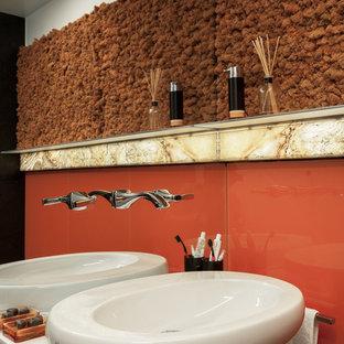 Новые идеи обустройства дома: большая ванная комната в современном стиле с белыми фасадами, оранжевой плиткой, стеклянной плиткой, настольной раковиной, плоскими фасадами, душевой комнатой, инсталляцией, оранжевыми стенами, полом из керамогранита, душевой кабиной, черным полом и открытым душем