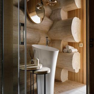 На фото: большая ванная комната в стиле рустика с керамогранитной плиткой, бежевыми стенами, полом из керамогранита, монолитной раковиной, бежевым полом и деревянными стенами