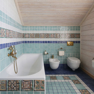 Создайте стильный интерьер: главная ванная комната среднего размера в средиземноморском стиле с синей плиткой, разноцветной плиткой, бежевыми стенами, разноцветным полом, угловой ванной и биде - последний тренд