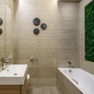 Свежая идея для дизайна: главная ванная комната в современном стиле с плоскими фасадами, фасадами цвета дерева среднего тона, бежевой плиткой, бежевым полом, угловой ванной и консольной раковиной - отличное фото интерьера