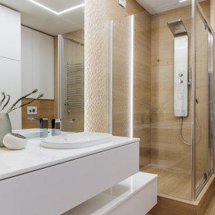 На фото: ванная комната среднего размера в современном стиле с плоскими фасадами, белыми фасадами, угловым душем, бежевой плиткой, душевой кабиной, накладной раковиной, бежевым полом, душем с распашными дверями, белой столешницей, тумбой под одну раковину и подвесной тумбой с