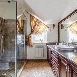 Неиссякаемый источник вдохновения для домашнего уюта: ванная комната в классическом стиле с фасадами с выступающей филенкой, фасадами цвета дерева среднего тона, белыми стенами, душевой кабиной, настольной раковиной, душем с распашными дверями и коричневой столешницей