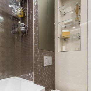 Неиссякаемый источник вдохновения для домашнего уюта: главная ванная комната в современном стиле с инсталляцией, коричневой плиткой и плиткой мозаикой