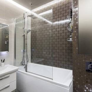 Свежая идея для дизайна: главная ванная комната в современном стиле с плоскими фасадами, белыми фасадами, ванной в нише, душем над ванной, коричневой плиткой и монолитной раковиной - отличное фото интерьера