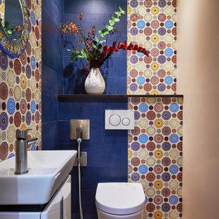Свежая идея для дизайна: маленькая ванная комната в современном стиле с плоскими фасадами, белыми фасадами, инсталляцией, синей плиткой, бежевыми стенами, паркетным полом среднего тона, душевой кабиной, настольной раковиной и коричневым полом - отличное фото интерьера