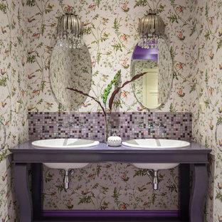 Imagen de cuarto de baño bohemio con puertas de armario violetas, baldosas y/o azulejos en mosaico, paredes multicolor, suelo con mosaicos de baldosas, lavabo encastrado, suelo violeta, encimeras moradas y armarios abiertos