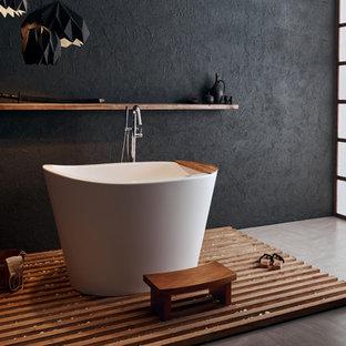 Diseño de cuarto de baño principal, asiático, pequeño, con bañera japonesa, paredes negras, suelo de baldosas de cerámica y suelo beige