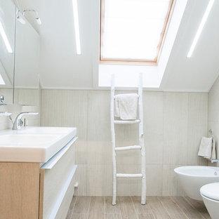 Пример оригинального дизайна интерьера: ванная комната в современном стиле с плоскими фасадами, белыми фасадами, биде, бежевой плиткой, душевой кабиной, раковиной с несколькими смесителями и бежевым полом
