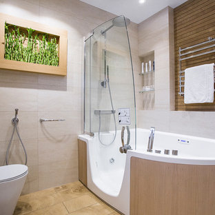 Новые идеи обустройства дома: главная ванная комната среднего размера в современном стиле с гидромассажной ванной, раздельным унитазом и бежевой плиткой