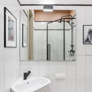 Стильный дизайн: маленькая ванная комната в средиземноморском стиле с подвесной раковиной - последний тренд