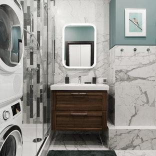 На фото: ванная комната в современном стиле с фасадами в стиле шейкер, темными деревянными фасадами, угловым душем, серой плиткой, душевой кабиной и монолитной раковиной с