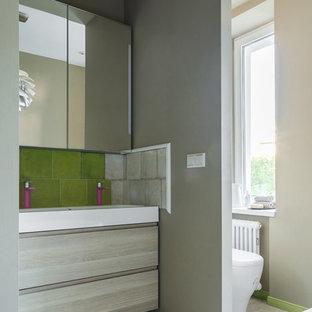 Неиссякаемый источник вдохновения для домашнего уюта: главная ванная комната в скандинавском стиле с плоскими фасадами, светлыми деревянными фасадами, раздельным унитазом, бежевыми стенами, раковиной с несколькими смесителями и бежевым полом