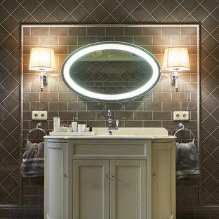 Неиссякаемый источник вдохновения для домашнего уюта: ванная комната в стиле современная классика с фасадами в стиле шейкер, бежевыми фасадами, серой плиткой и врезной раковиной