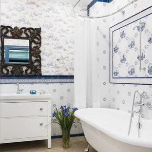 Источник вдохновения для домашнего уюта: ванная комната в средиземноморском стиле с фасадами островного типа, белыми фасадами, ванной на ножках, душем над ванной, синей плиткой, белой плиткой, разноцветными стенами, бежевым полом, шторкой для ванной и белой столешницей
