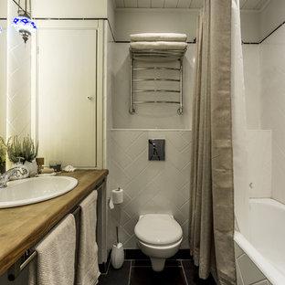Свежая идея для дизайна: маленькая главная ванная комната в стиле современная классика с накладной ванной, душем над ванной, инсталляцией, белой плиткой, керамической плиткой, серыми стенами, полом из сланца, накладной раковиной, столешницей из дерева, шторкой для душа и коричневой столешницей - отличное фото интерьера
