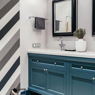 На фото: главные ванные комнаты в современном стиле с фасадами с утопленной филенкой, синими фасадами, серыми стенами и врезной раковиной