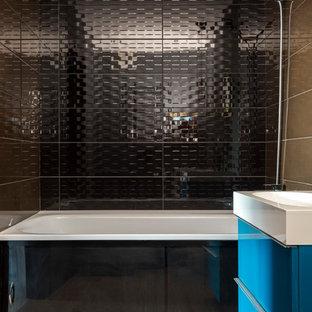Неиссякаемый источник вдохновения для домашнего уюта: главная ванная комната в современном стиле с плоскими фасадами, синими фасадами, ванной в нише, душем над ванной, черной плиткой и бежевым полом