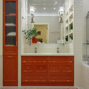 Пример оригинального дизайна интерьера: главная ванная комната в стиле современная классика с фасадами с филенкой типа жалюзи, оранжевыми фасадами, ванной в нише, белой плиткой, врезной раковиной, разноцветным полом и белой столешницей