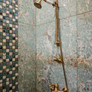 Ispirazione per una stanza da bagno stile shabby di medie dimensioni con doccia alcova e piastrelle verdi