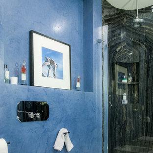Modelo de cuarto de baño con ducha, contemporáneo, con ducha esquinera, sanitario de pared, baldosas y/o azulejos negros, paredes azules y ducha abierta