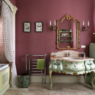 Новые идеи обустройства дома: главная ванная комната в викторианском стиле с зелеными фасадами, ванной в нише, врезной раковиной, фасадами островного типа, душем над ванной, розовыми стенами и шторкой для душа