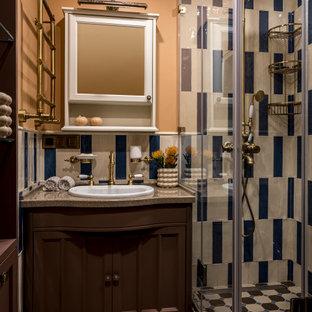 На фото: ванная комната в классическом стиле с фасадами с утопленной филенкой, коричневыми фасадами, душем в нише, разноцветной плиткой, бежевыми стенами, душевой кабиной, накладной раковиной, разноцветным полом, душем с распашными дверями и бежевой столешницей с
