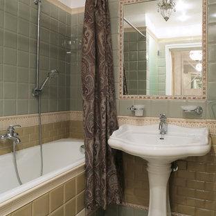 Foto di una stanza da bagno padronale tradizionale con vasca ad alcova, vasca/doccia, piastrelle gialle, piastrelle verdi, piastrelle a mosaico, lavabo a colonna, pavimento verde e doccia con tenda