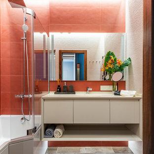 Идея дизайна: ванная комната в современном стиле с плоскими фасадами, ванной в нише, душем над ванной, красной плиткой, бежевой столешницей, бежевыми фасадами, красными стенами и коричневым полом