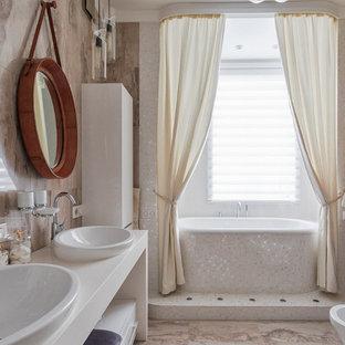 Пример оригинального дизайна интерьера: главная ванная комната в современном стиле с открытыми фасадами, белыми фасадами, плиткой мозаикой, настольной раковиной, ванной в нише, биде и бежевой плиткой