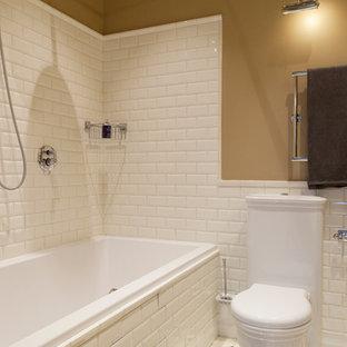 На фото: главная ванная комната в стиле современная классика с унитазом-моноблоком, белой плиткой, плиткой кабанчик и бежевыми стенами