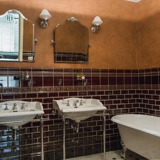 Esempio di una stanza da bagno padronale chic con vasca con piedi a zampa di leone, piastrelle marroni, piastrelle diamantate, pareti marroni e lavabo a consolle