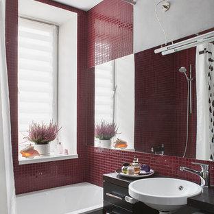Неиссякаемый источник вдохновения для домашнего уюта: главная ванная комната в современном стиле с ванной в нише, душем над ванной, красной плиткой, плиткой мозаикой, серыми стенами, подвесной раковиной и шторкой для душа