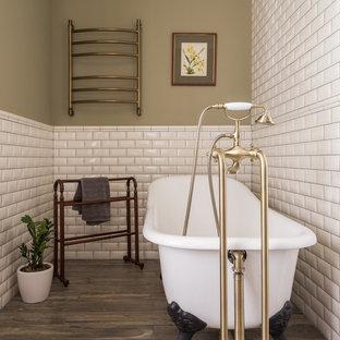 Свежая идея для дизайна: главная ванная комната в классическом стиле с ванной на ножках, белой плиткой, плиткой кабанчик, зелеными стенами и коричневым полом - отличное фото интерьера