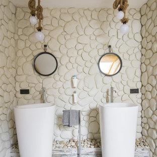 На фото: ванная комната в морском стиле с бежевыми стенами, деревянным полом и раковиной с пьедесталом с