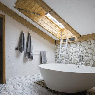 Идея дизайна: главная ванная комната в морском стиле с бежевыми стенами, деревянным полом и отдельно стоящей ванной