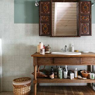 Выдающиеся фото от архитекторов и дизайнеров интерьера: ванная комната в стиле кантри с синими стенами, накладной раковиной и бежевым полом