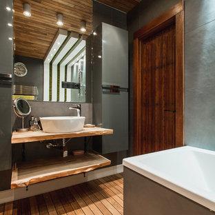 Modernes Badezimmer En Suite Mit Offenen Schränken, Duschbadewanne, Grauen  Fliesen, Gebeiztem Holzboden,