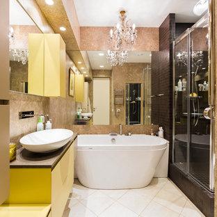 Новые идеи обустройства дома: маленькая главная ванная комната в современном стиле с желтыми фасадами, отдельно стоящей ванной, душем в нише, коричневой плиткой, керамогранитной плиткой, полом из керамогранита, бежевым полом, душем с раздвижными дверями и настольной раковиной