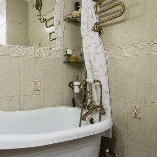 Ispirazione per una stanza da bagno stile shabby con vasca/doccia, piastrelle beige e doccia con tenda