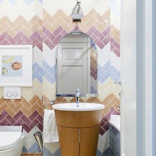 Diseño de cuarto de baño principal, bohemio, con puertas de armario de madera oscura, bañera empotrada, combinación de ducha y bañera, sanitario de pared, baldosas y/o azulejos beige, baldosas y/o azulejos azules, baldosas y/o azulejos marrones, baldosas y/o azulejos rosa, baldosas y/o azulejos blancos, lavabo integrado y suelo blanco