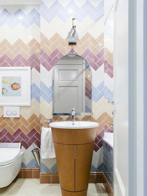 Salle de bain avec un combiné douche/baignoire et un carrelage rose ...