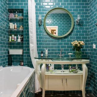 Пример оригинального дизайна: главная ванная комната в современном стиле с плоскими фасадами, белыми фасадами, ванной в нише, плиткой кабанчик, монолитной раковиной, коричневым полом и шторкой для ванной